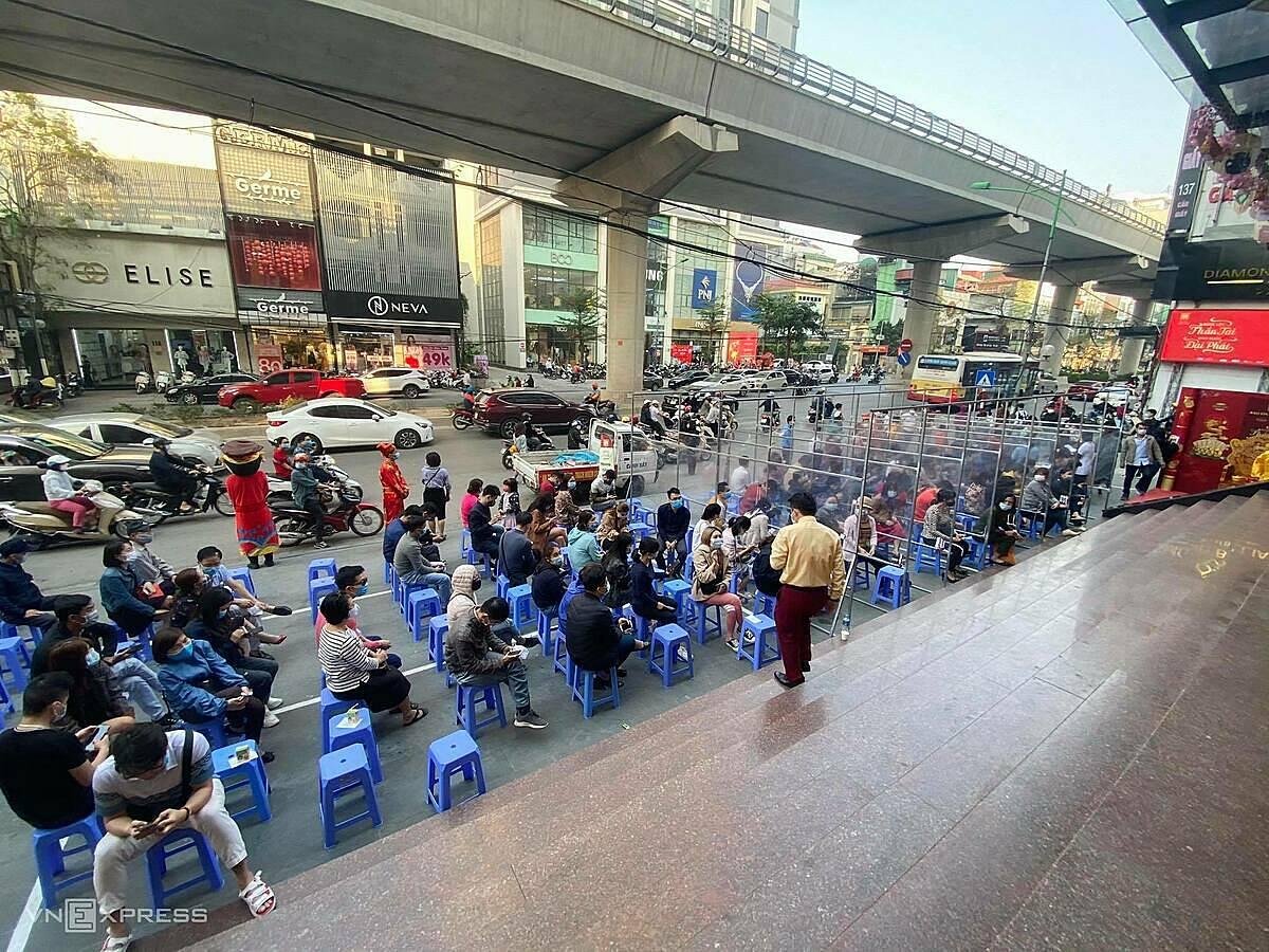 Lúc 16h, khoảng 100 khách hàng đang ngồi chờ trước một cửa hàng vàng ở Cầu Giấy chờ đến lượt giao dịch, đông gấp đôi sáng nay. Ảnh: Anh Tú.