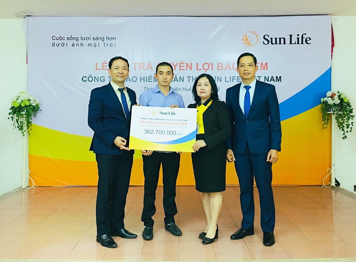 Đại diện Sun Life Việt Nam trả quyền lợi cho khách hàng Tống Văn Đại. Ảnh: Sun Life Việt Nam.