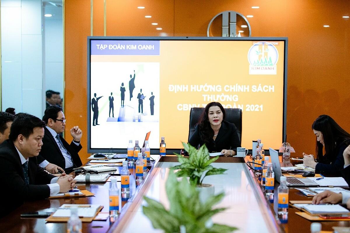 Bà Đặng Thị Kim Oanh  – Chủ tịch HĐQT Kim Oanh Group (ngồi giữa) chia sẻ về chiến lược phát triển của công ty.