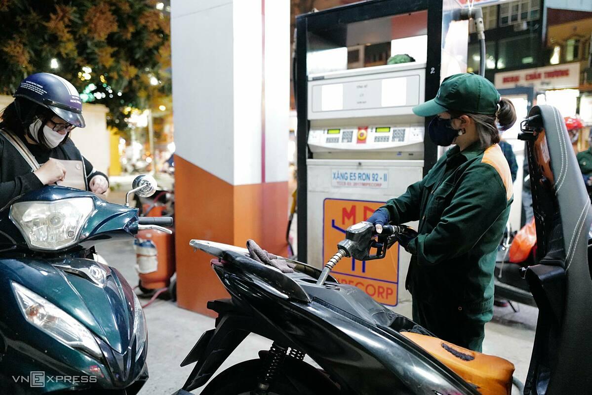 Người dân mua xăng tại một trạm xăng Hà Nội hôm 24/2. Ảnh: Ngọc Thành.