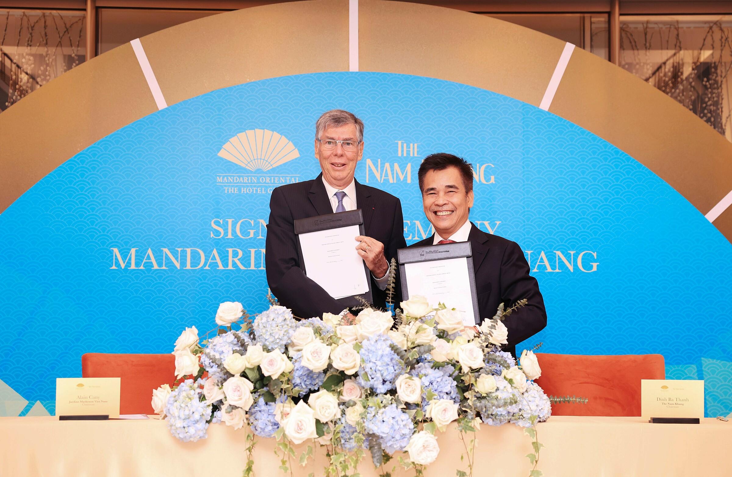 Đại diện Mandarin Oriental Hotel Group và The Nam Khang Corporation tại lễ ký kết hợp tác.