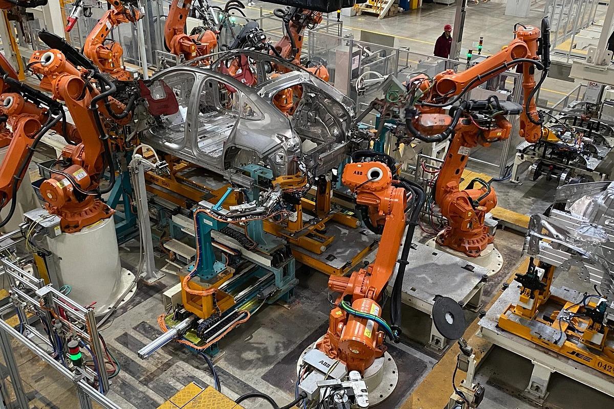 [Các cánh tay robot trong nhà máy của Nio. Ảnh: NYT.