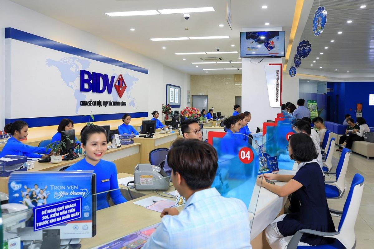 Nhân viên BIDV hỗ trợ khách hàng. Ảnh: BIDV.