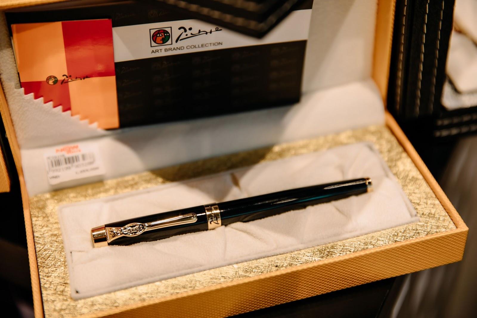 Bút ký có thiết kế sang trọng, được đặt trong chiếc hộp có thiết kế cầu kỳ.