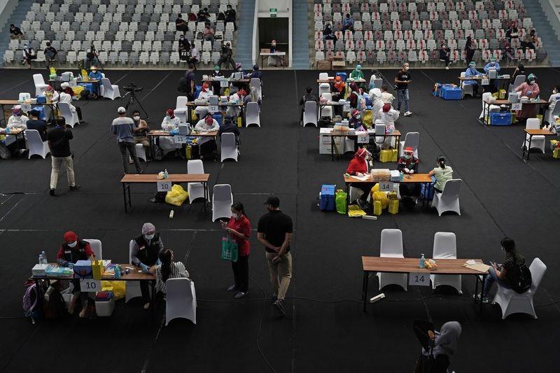 Nhân viên y tế tiêm vaccine Sinovac Covid-19 tại Jakarta, Indonesia ngày 4/2. Ảnh: Bloomberg.