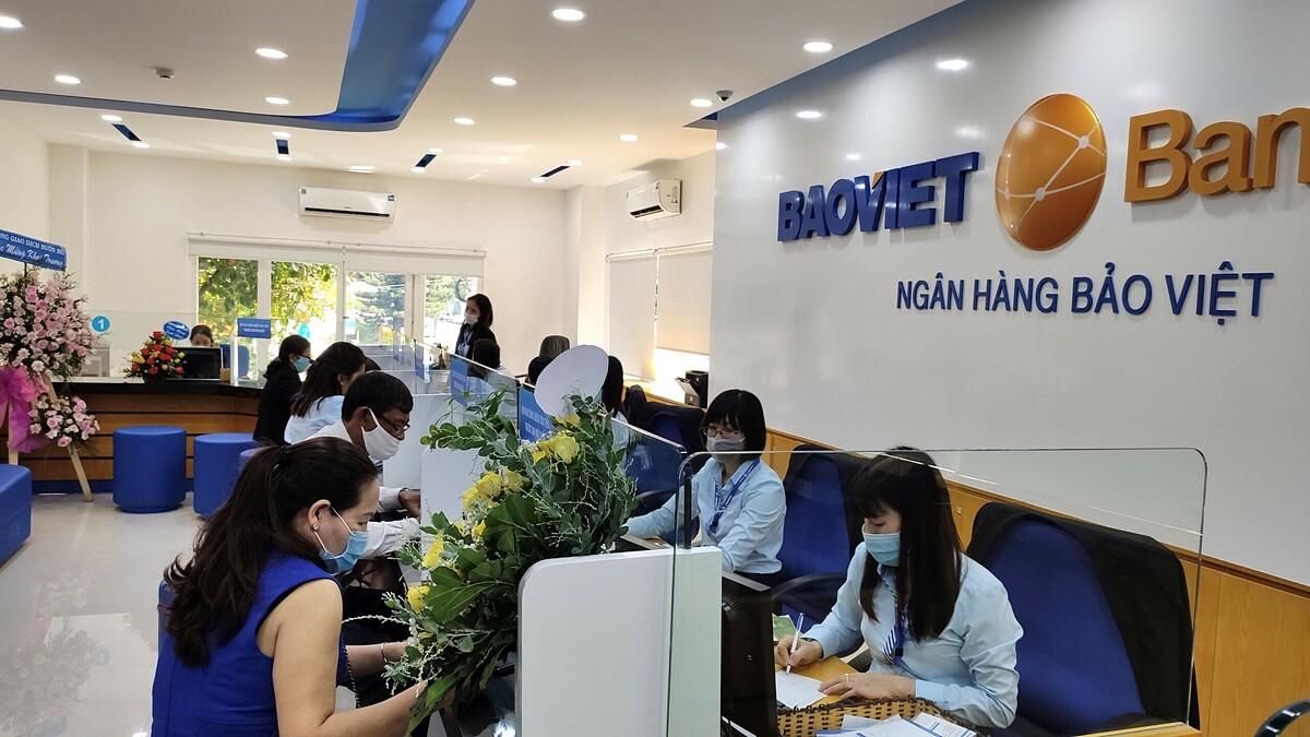 Nhân viên Baoviet Bank hỗ trợ khách hàng tại quầy giao dịch. Ảnh: Baoviet Bank.