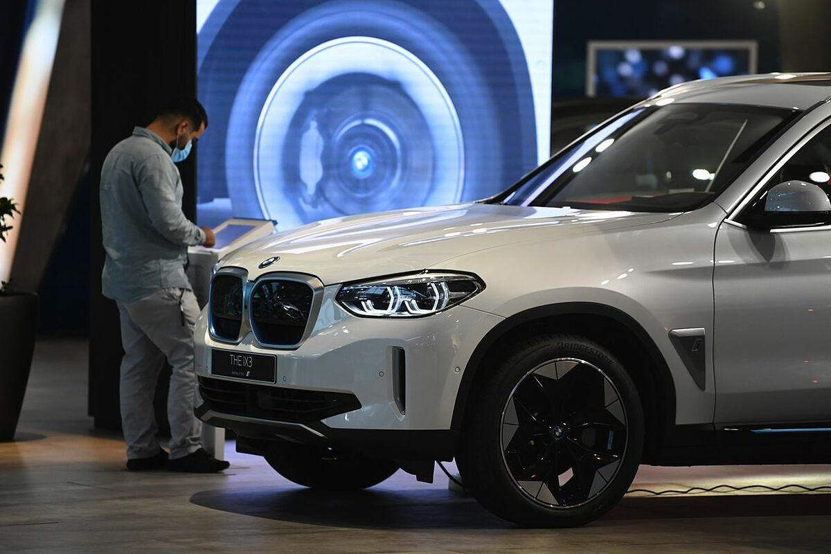 Một chiếc xe điện BMW iX3 tại showroom của hãng ở Munich (Đức). Ảnh: Bloomberg