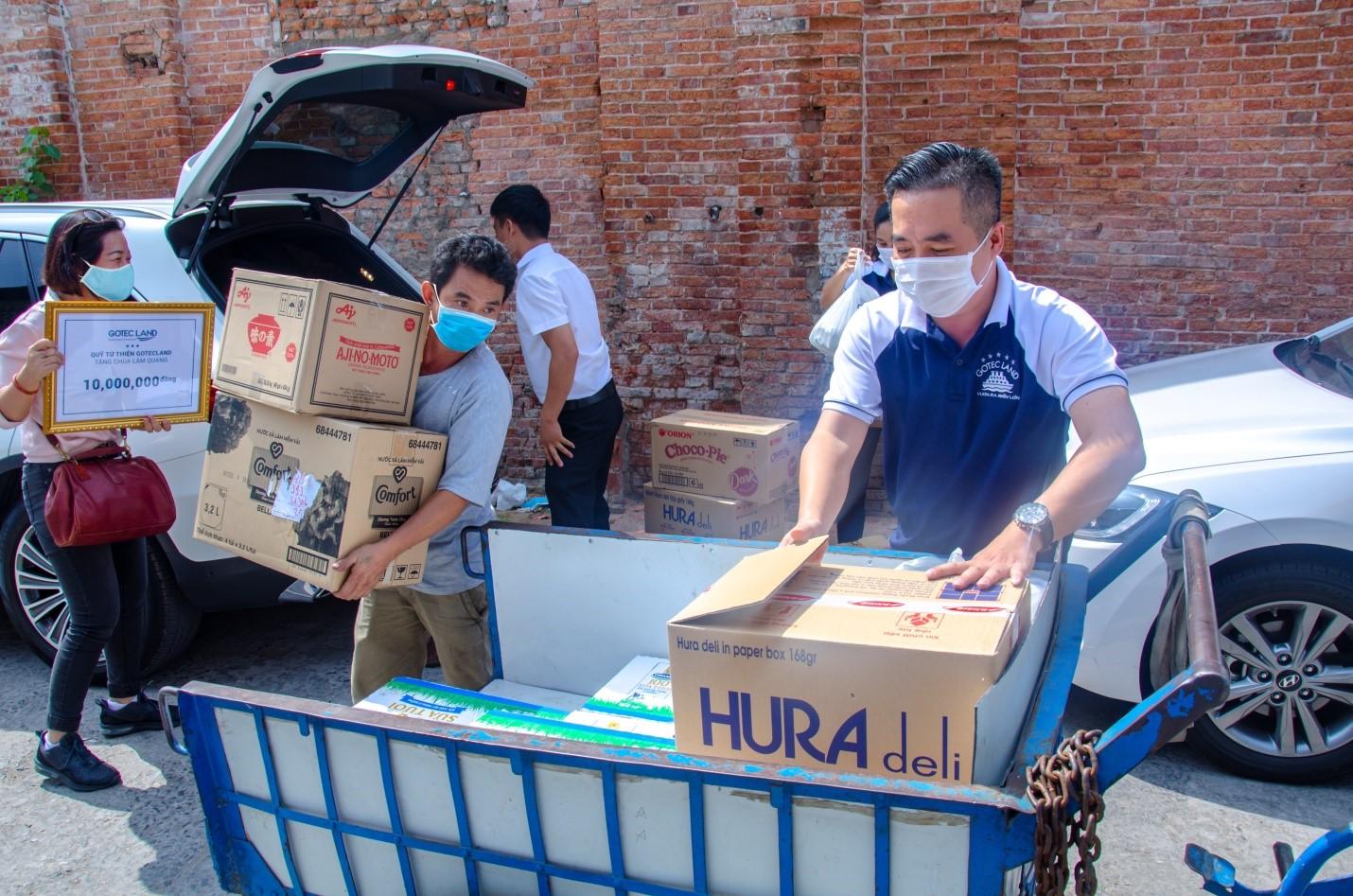 Đoàn thiện nguyện Gotec Land góp phần đem đến một cái Tết ấm no cho những mảnh đời khó khăn tại chùa Lâm Quang (quận 8, TP HCM) vào ngày 9/1. Ảnh: Gotec Land.
