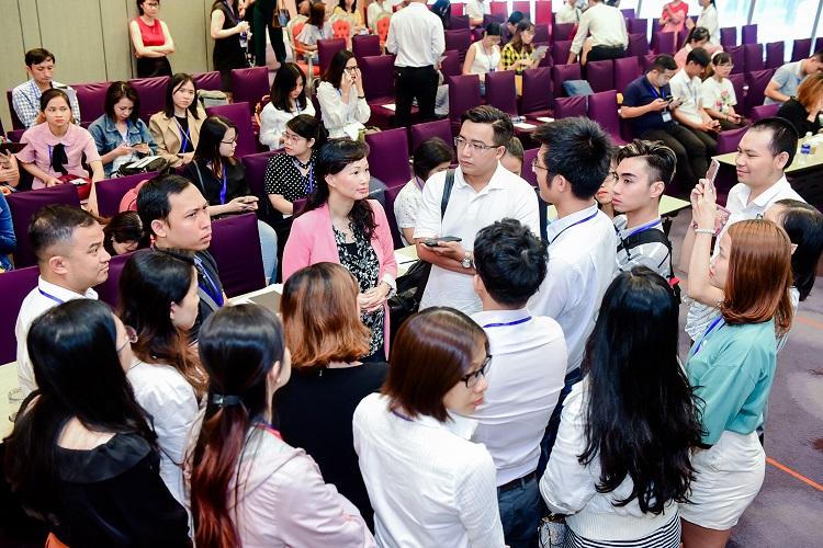 Thái Vân Linh (vest hồng) cùng các học viên trong buổi đào tạo. Ảnh: