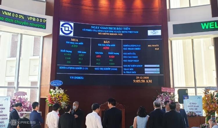 Nhà đầu tư theo dõi bảng giá ngày giao dịch đầu tiên của cổ phiếu VCG. Ảnh: Phương Đông.