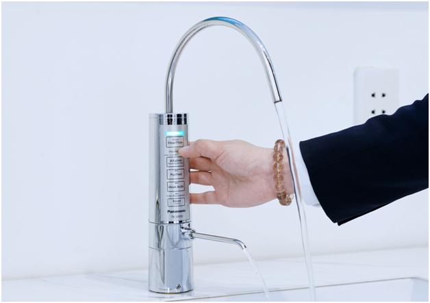 Cận cảnh máy lọc nước ion kiềm TK-AB50 thiết kế dạng vòi nhỏ gọn độc đáo và sang trọng.