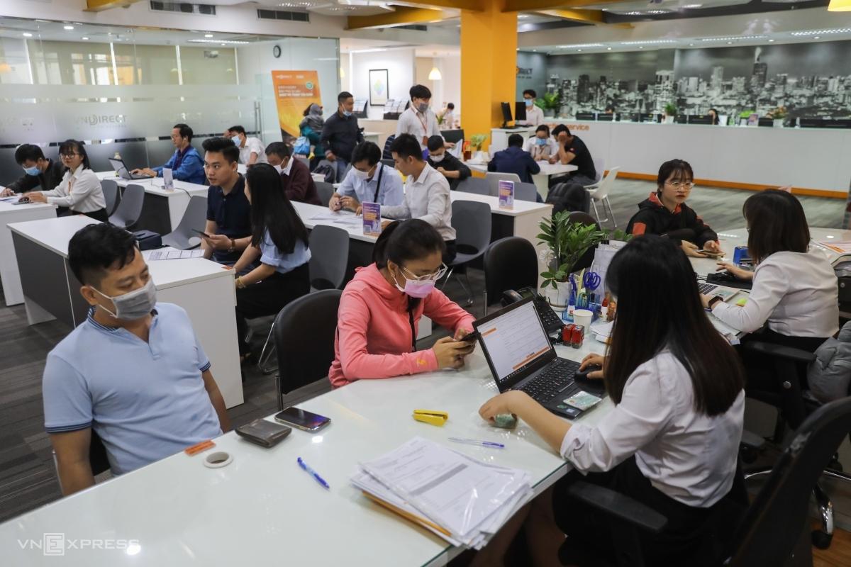 Người dân giao dịch chứng khoán tại một công ty trên đường Pasteur, quận 1, ngày 13/1/2020. Ảnh: Quỳnh Trần.