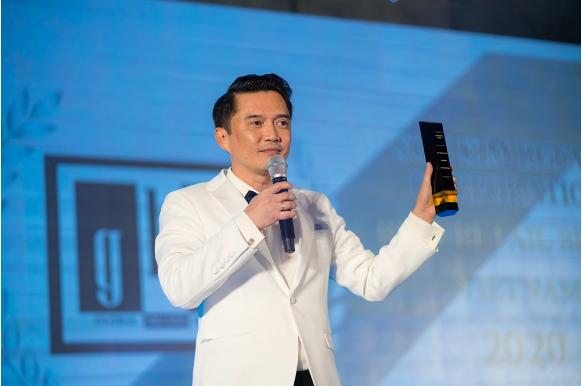 Ông Nguyễn Văn Phi – CEO Sơn Kim Retail nhận cúp giải thưởng Thương hiệu bán lẻ tốt nhất Việt Nam 2020. Ảnh: Sơn Kim Retail.