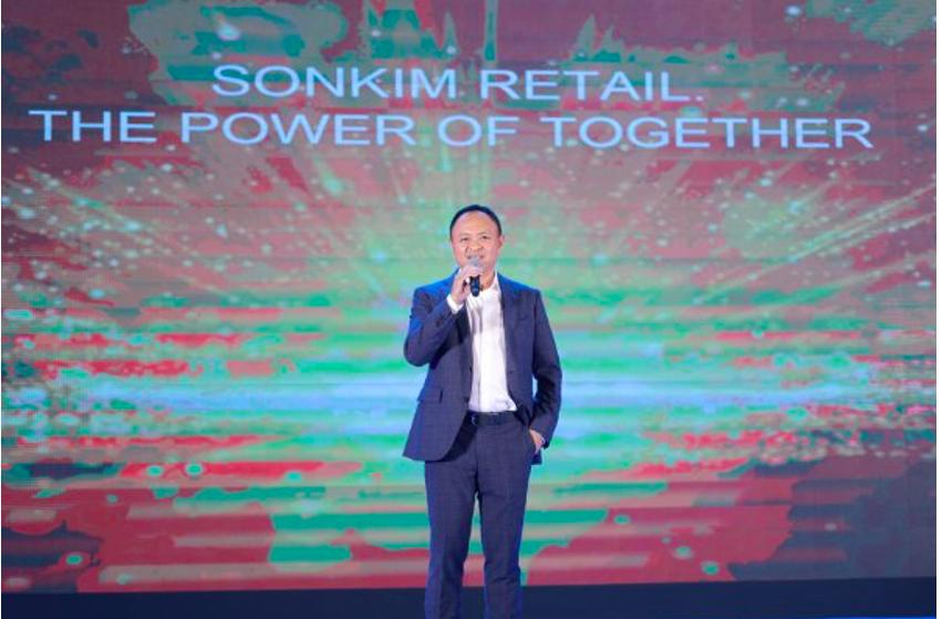 Chủ tịch tập đoàn Sơn Kim Group, ông Nguyễn Hoàng Tuấn chia sẻ về tầm nhìn, chiến lược của Sơn Kim Retail tới toàn thể nhân viên, đối tác. Ảnh: Sơn Kim Retail.