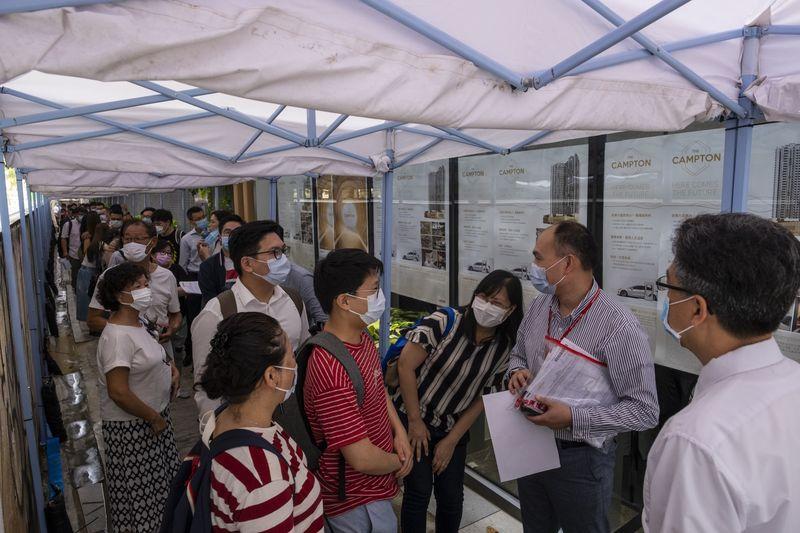 Người mua xếp hàng bên ngoài một dự án nhà ở tại Hong Kong tháng 6/2020. Ảnh: Bloomberg