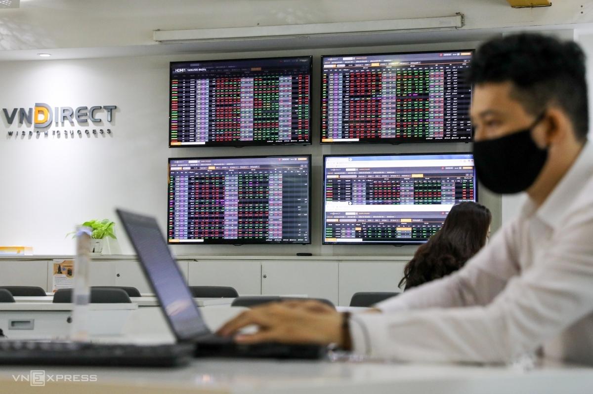 Nhà đầu tư giao dịch tại sàn chứng khoán VNDIRECT ở TP HCM. Ảnh: Quỳnh Trần.