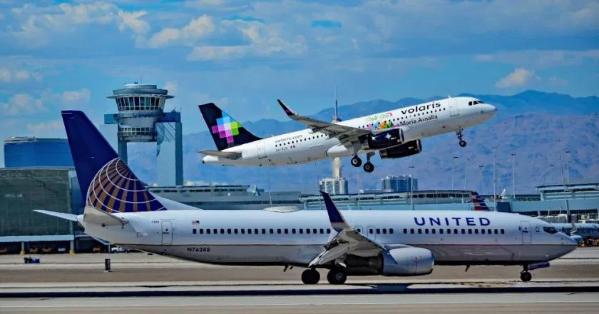 Một chiếc Boieng 737 (phía dưới)  và Airbus A320. Ảnh: Tomas Del Coro.