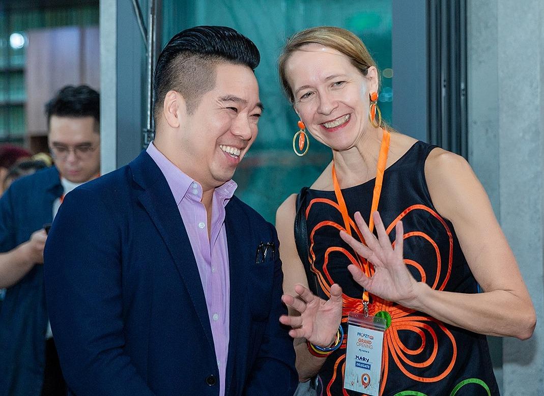 Ông John Lê trao đổi cùng bà Mary Tarnowka, cựu Tổng lãnh sự Hoa Kỳ, Giám đốc AMCHAM.