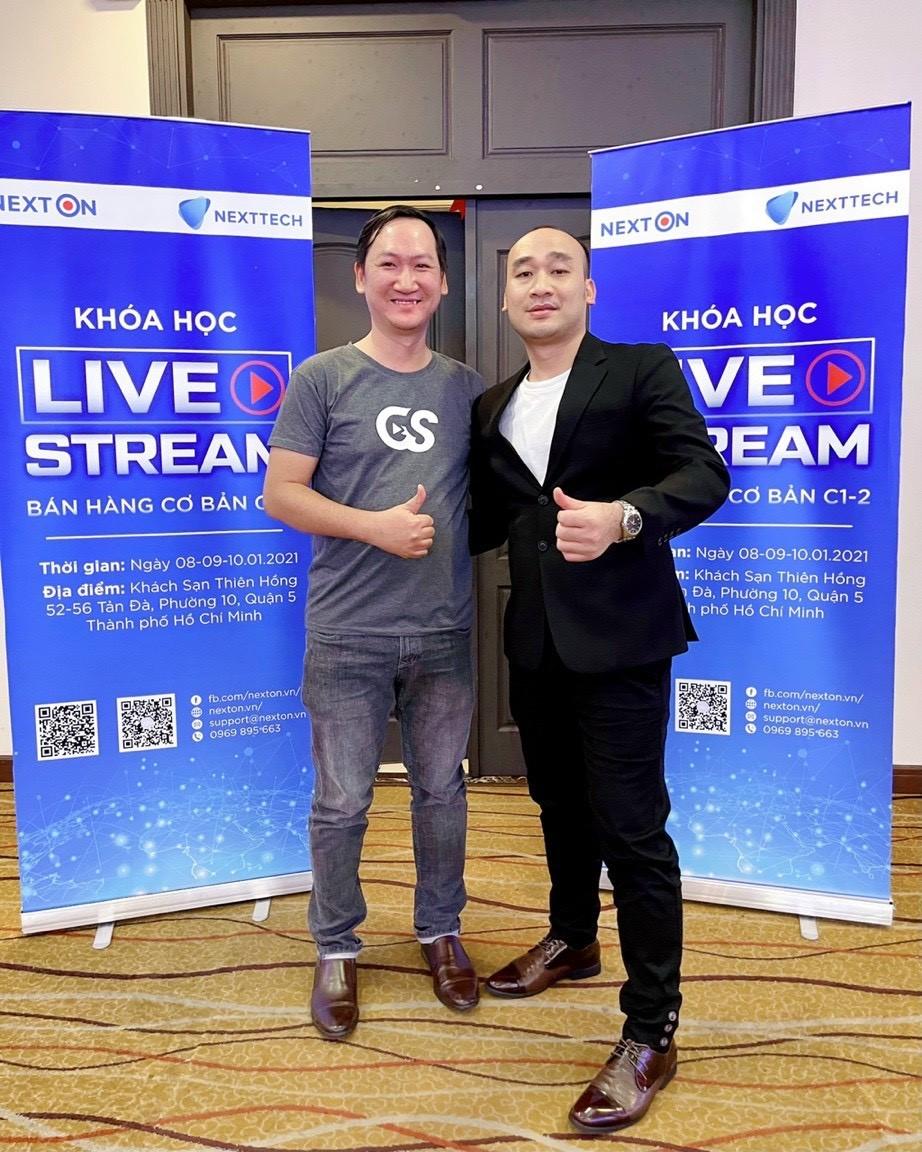 CEO Nguyễn Thái Hợp (bên phải) tham gia lớp đào tạo Live Ecommerce do NexOn tổ chức. Ảnh: Singo.