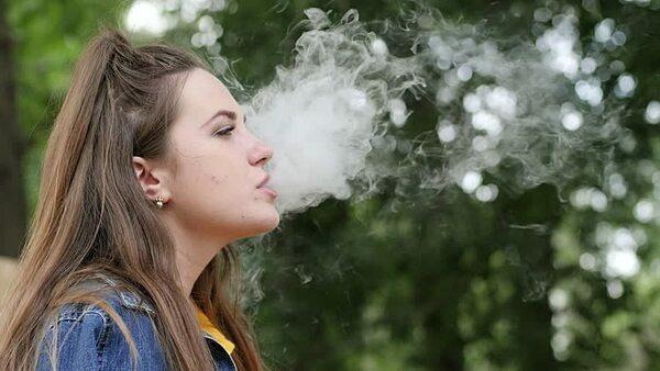 Khảo sát cho thấy người có hút thuốc thường trả phí bảo hiểm nhiều gấp 1,7 lần người bình thường. Ảnh: Shutterstock.