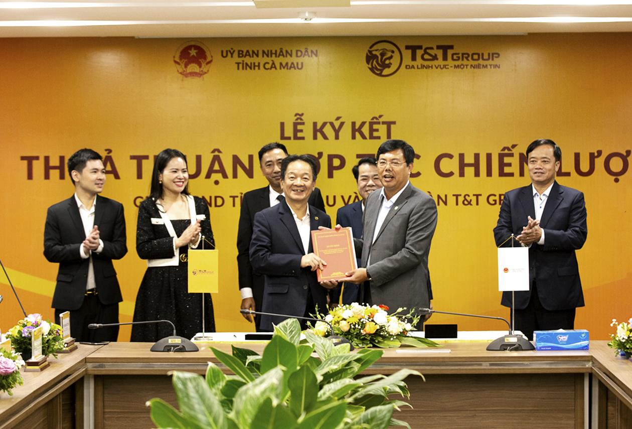 Ông Đỗ Quang Hiển, Chủ tịch HĐQT kiêm Tổng giám đốc Tập đoàn T&T Group (trái) và lãnh đạo UBND Cà Mau tại lễ ký kết, hôm 9/3, tại Hà Nội. Ảnh: T&T Group