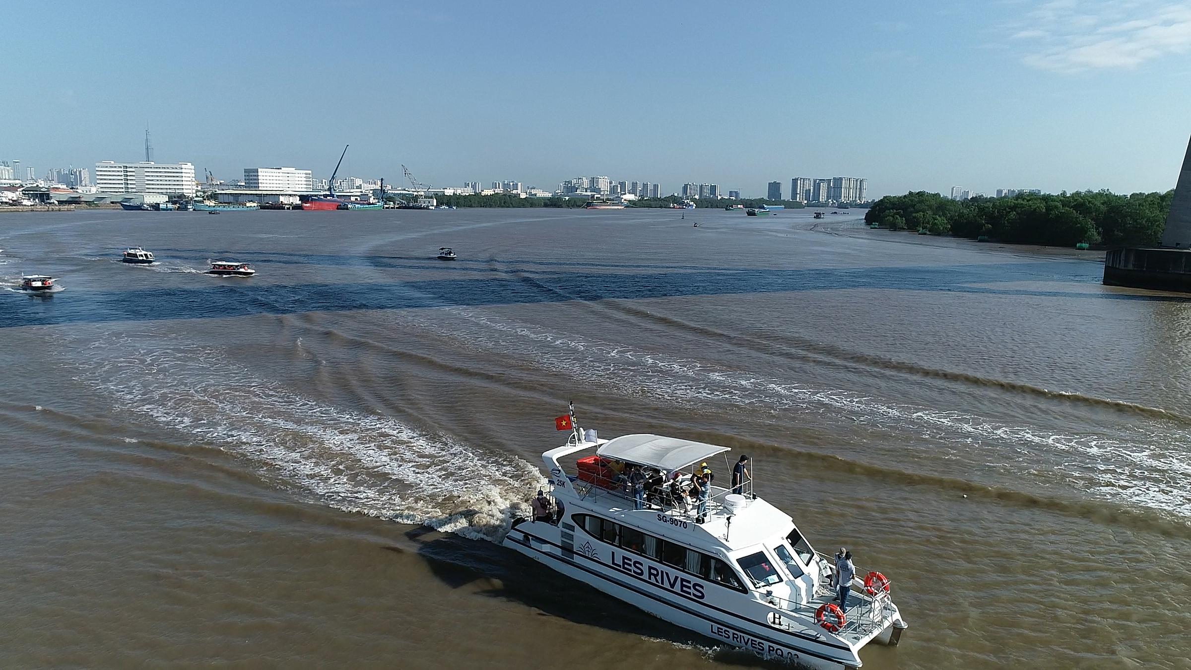 Khách hàng, nhà đầu tư tham gia tour trải nghiệm đường sông, tham quan nhà mẫu đô thị đảo Phượng Hoàng. Ảnh: Novaland.