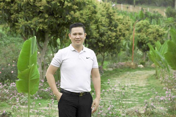 Ông Phạm Văn Tam trong khuôn viên trang trại tại Hoà Bình. Ảnh: Ngọc Thành.