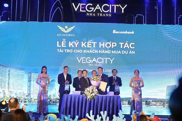 Ông Phạm Tấn Minh (phải) - Giám đốc Ngân hàng Sacombank CN tỉnh Khánh Hòa, đại diện cho ngân hàng ký kết hợp tác với chủ đầu tư KDI Holdings.