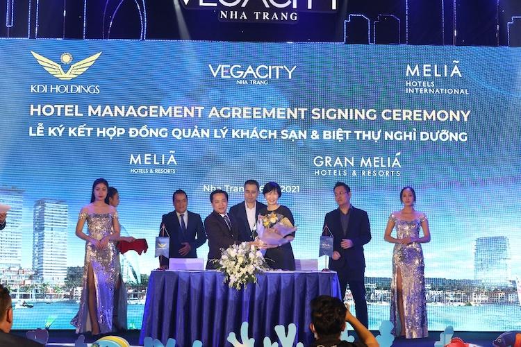 Lễ ký kết hợp tác giữa đại diện của chủ đầu tư KDI Holdings và đại diện của thương hiệu Meliá Hotels International - bà Nancy Ning (phải) Giám đốc phụ trách Quan hệ đối ngoại.