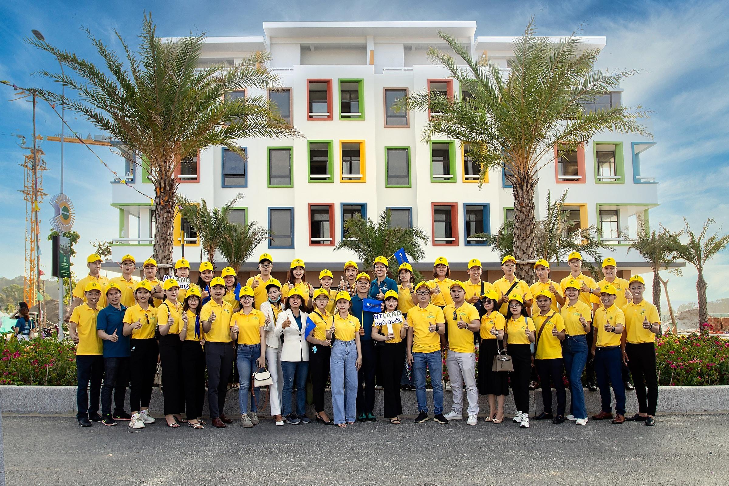 Trực tiếp thăm nhà mẫu và Bãi Trường (cách dự án 100 m) giúp chuyên viên tư vấn kinh doanh cảm nhận chân thực về Meyhomes Capital Phú Quốc. Ảnh: Tân Á Đại Thành.