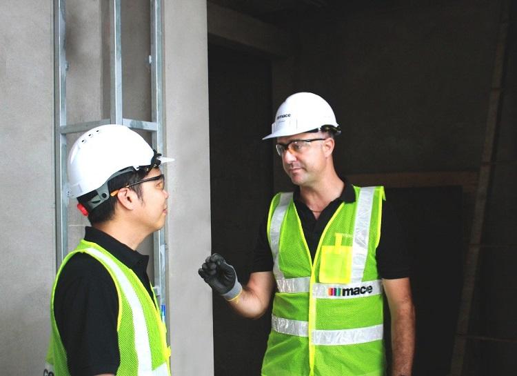 Ông John Campbell, Tổng giám đốc Mace Việt Nam (trái) và cộng sự tại dự án InterContinental Residences Halong Bay.