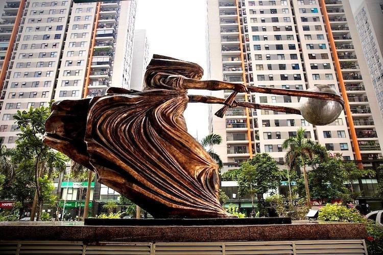 Bức tượng đặt tại sảnh trước tòa nhà The Van Phu - Victoria, Khu đô thị mới Văn Phú, quận Hà Đông.