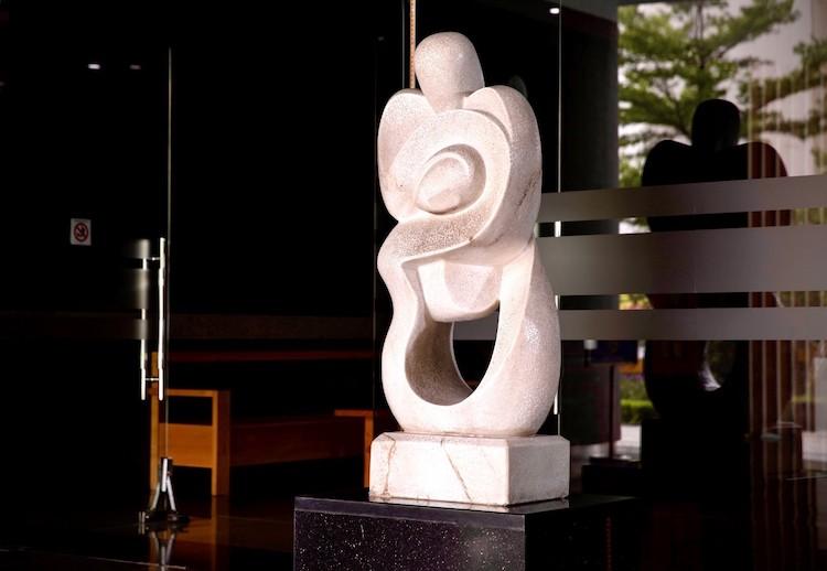 Tác phẩm của Lê Công Thành ẩn chứa tình mẫu tử thiêng liêng tại sảnh một tòa chung cư trong dự án The Van Phu - Victoria.