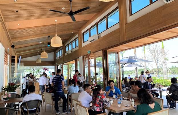 Đông đảo nhà đầu tư đến tham quan, trải nghiệm các hạng mục tiện ích của khu đô thị Waterpoint.