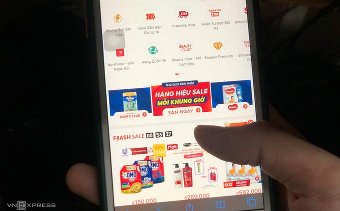 Nhiều người tham gia bán hàng thương mại điện tử. Ảnh: Quỳnh Trang.