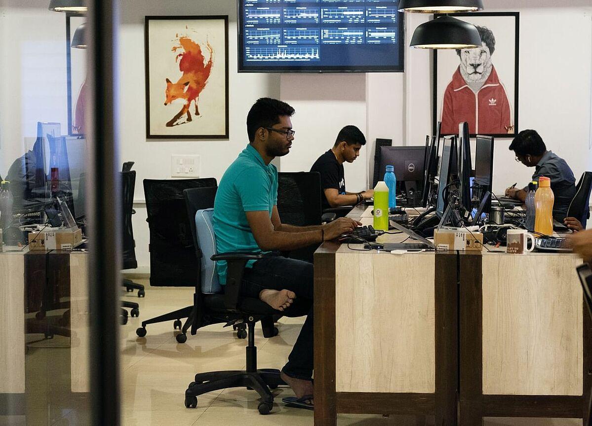 Nhân viên làm việc tại Zerodha Commodities ở Bengaluru (Ấn Độ). Ảnh: Bloomberg