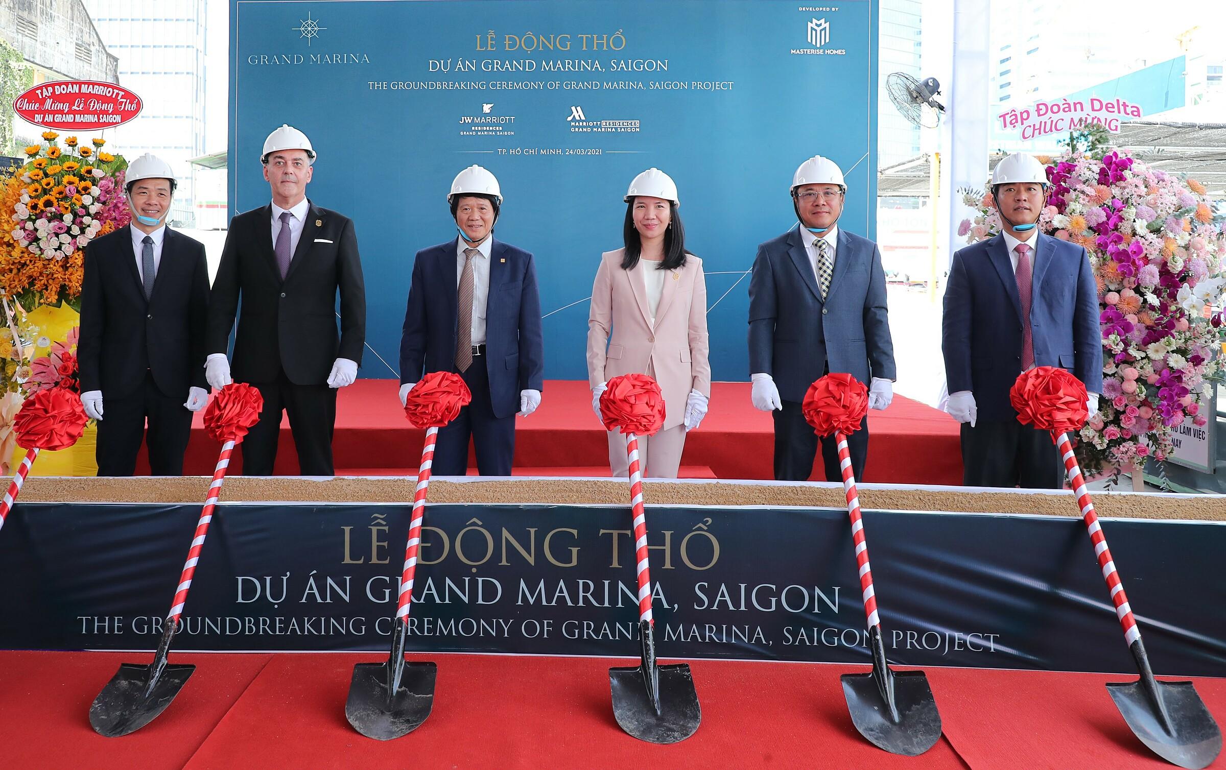Đại diện Marriott International, Masterise Homes, và các nhà thầu chính của dự án Grand Marina, Saigon gồm An Phong Group, DeltaGroup và Newtecons thực hiện nghi thức động thổ. Ảnh: Masterise Homes.