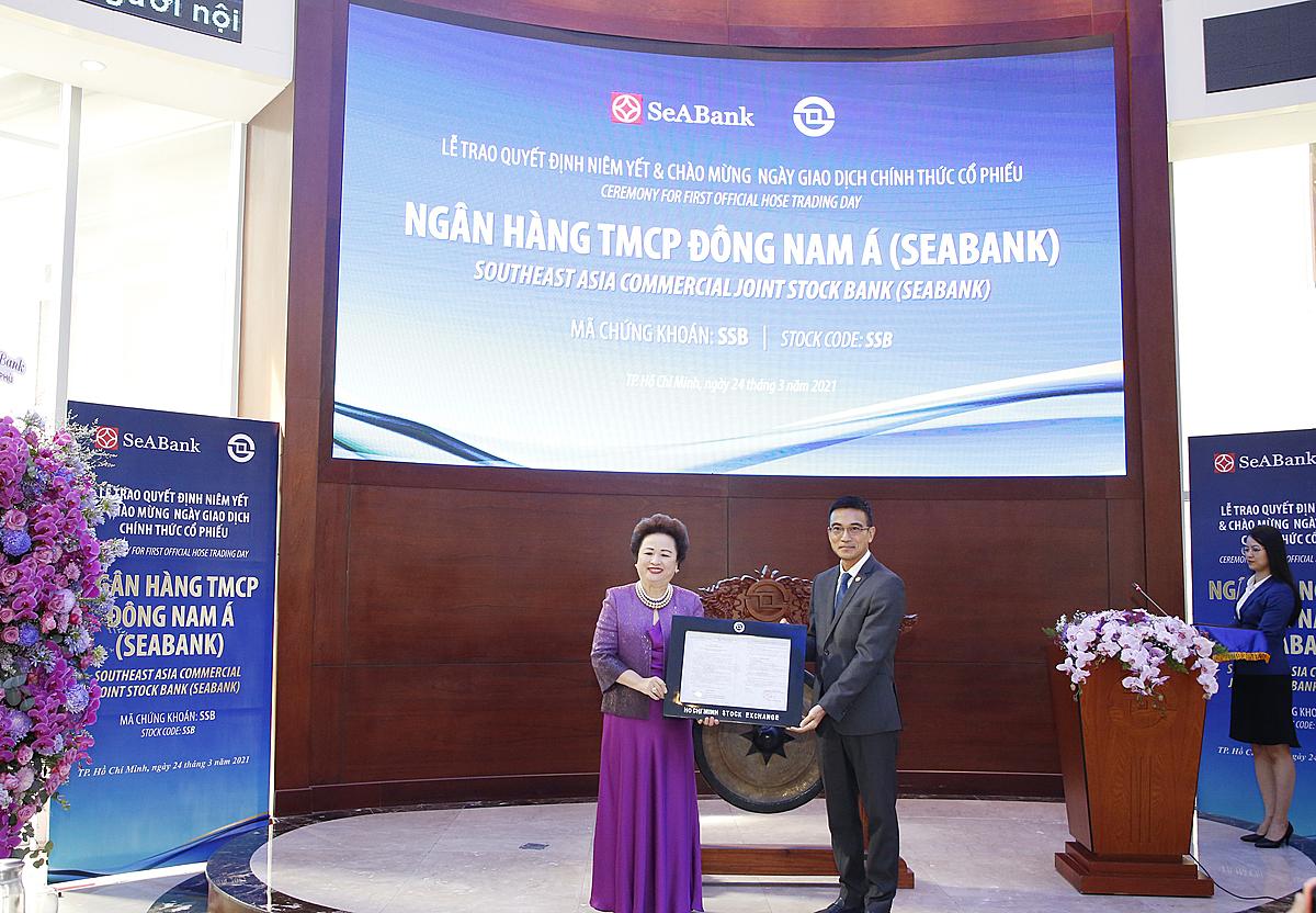 bà Nguyễn Thị Nga – Phó Chủ tịch thường trực HĐQT (bên trái) trong ngày nhận quyết định cổ phiếu SeABank được niêm yết trên sàn HoSE.
