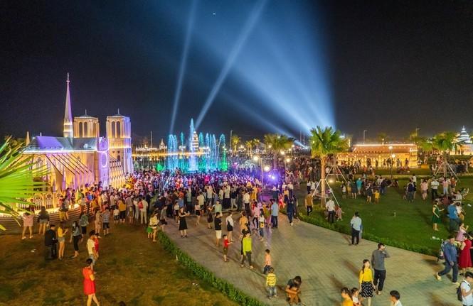 Công viên Thế giới di sản kiến trúc The Destina thu hút hơn 20.000 du khách mỗi tuần. Ảnh: Cát Tường Group.
