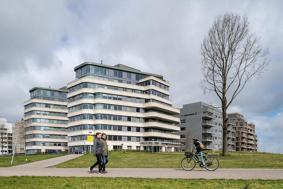 Các tòa nhà chung cư tại Amsterdam (Hà Lan). Ảnh: Bloomberg
