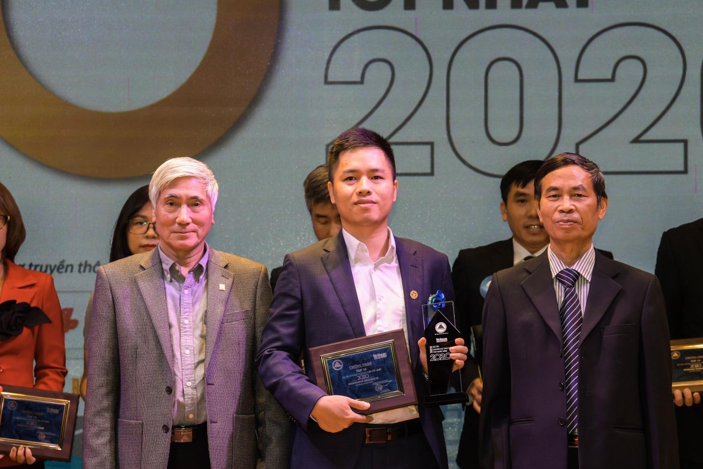 Ông Phạm Hải Đăng - Phó Tổng Giám đốc Tập đoàn GFS nhận giải thưởng Top 10 dự án chung cư cao cấp tốt nhất 2020.