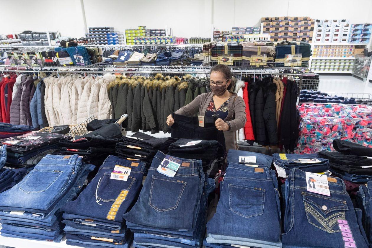 Bên trong cửa hàng CostLess Wholesale ở quận Orange, California. Ảnh: Zuma Press.