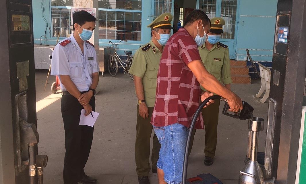 Cơ quan quản lý thị trường Tiền Giang đi kiểm tra xăng. Ảnh: Tổng cục Quản lý thị trường.