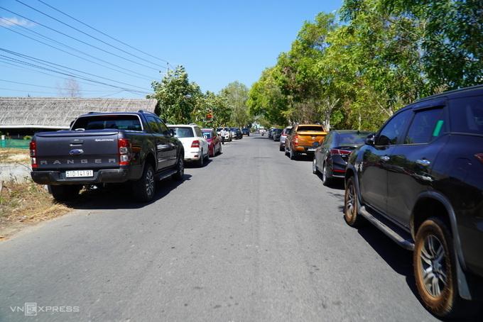 Ôtô xếp hai hàng dài trên đường ở trung tâm xã Thiện Nghiệp sáng 10/3. Ảnh: Việt Quốc.