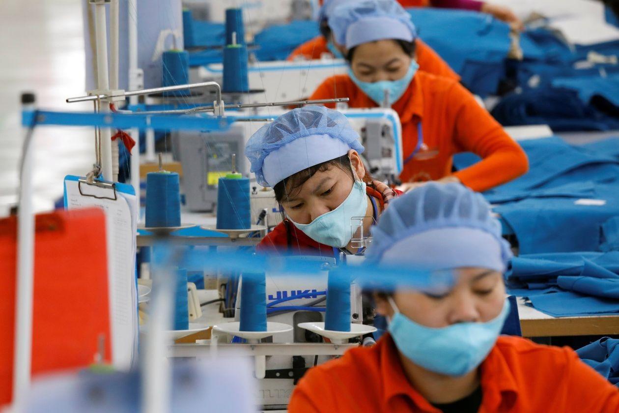 Công nhân trong một nhà máy dệt may của Việt Nam. Ảnh: Reuters.