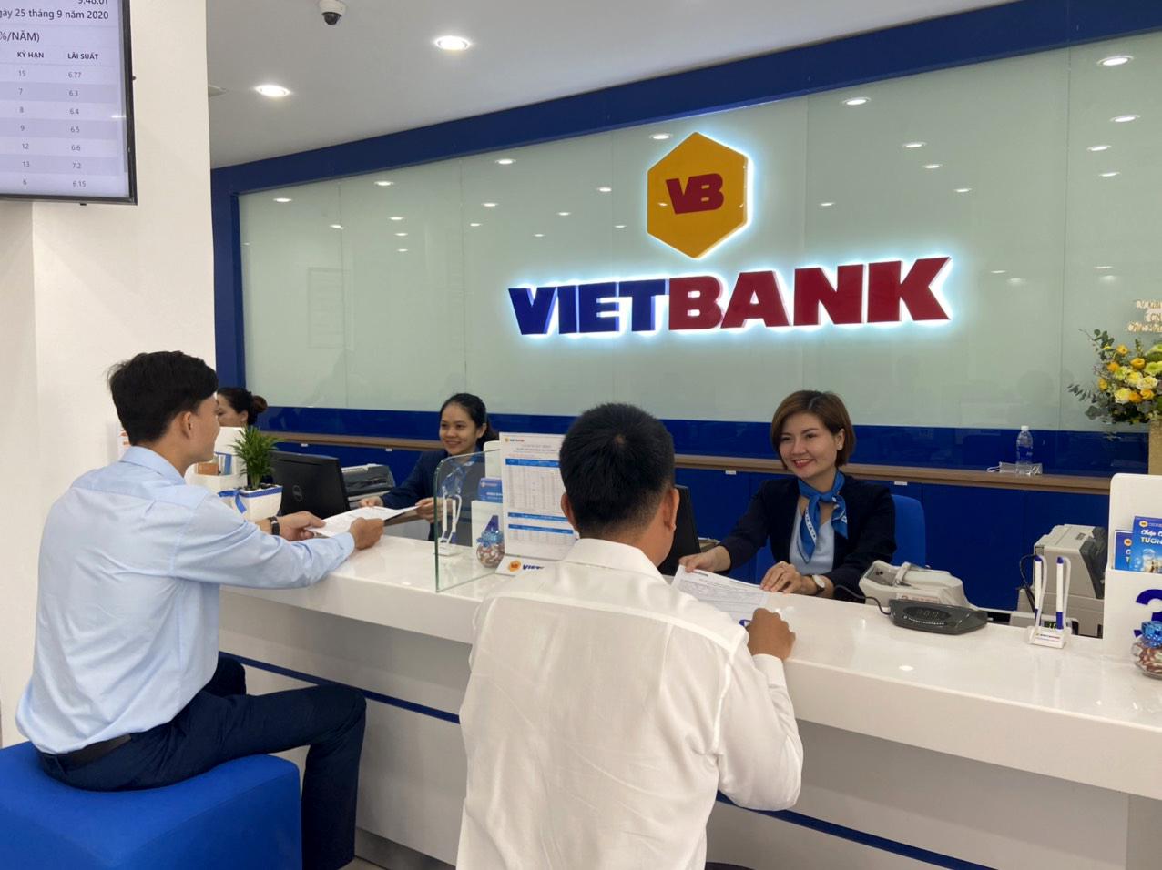 Khách hàng đến giao dịch tại Vietbank. Ảnh: Vietbank
