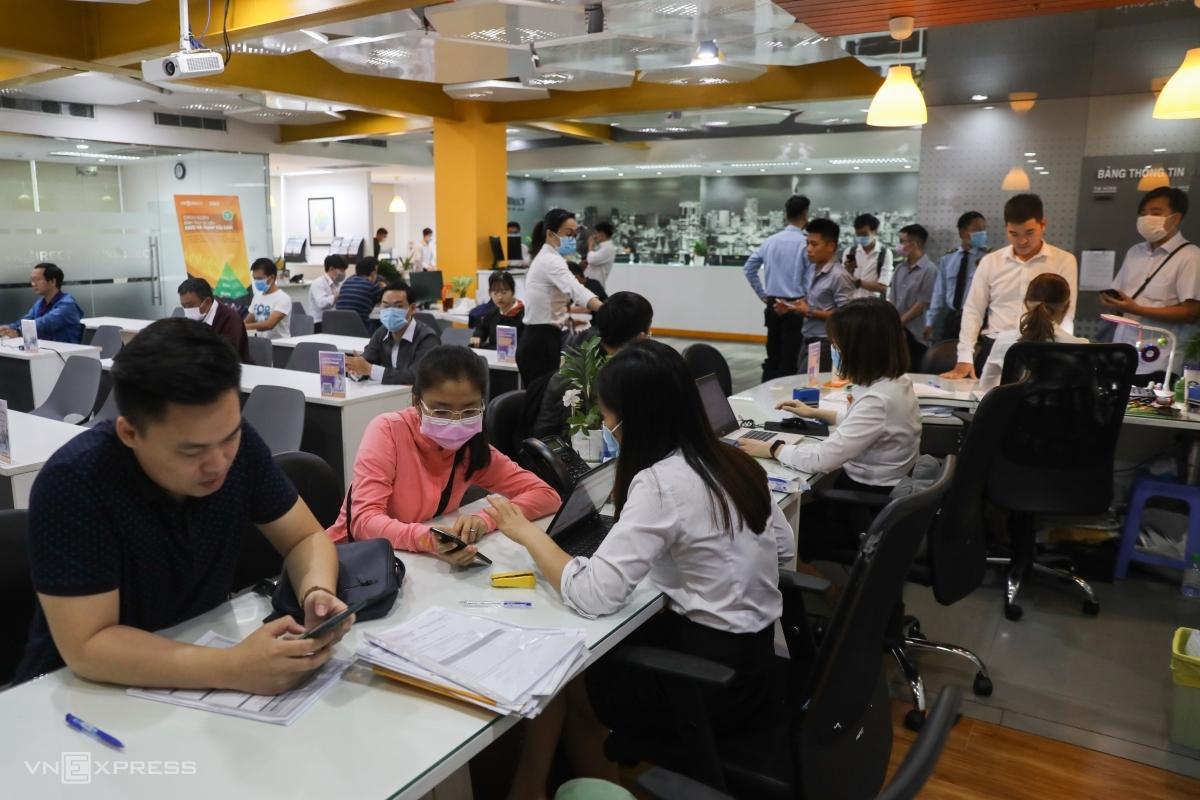 Người dân giao dịch tại một trụ sở một công ty chứng khoán trên đường Pasteur, quận 1, ngày 13/1/2021. Ảnh: Quỳnh Trần.