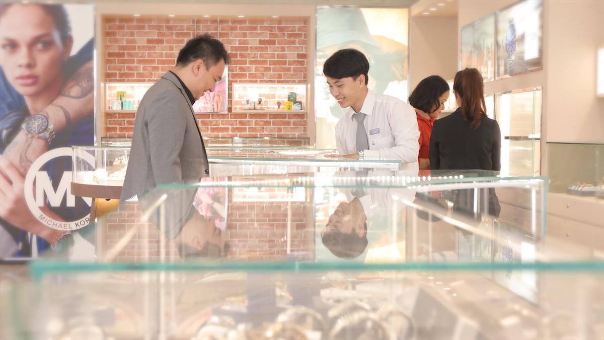 Ông Lê Trí Thông, Phó Chủ tịch HĐQT kiêm Tổng Giám đốc Công ty Cổ phần Vàng Bạc Đá quý Phú Nhuận PNJ khảo sát cửa hàng. Ảnh: S-world Multimedia.