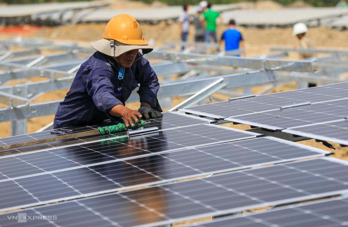 Công nhân thi công tại một dự án nhà máy điện mặt trời ở tỉnh Ninh Thuận. Ảnh: Quỳnh Trần.