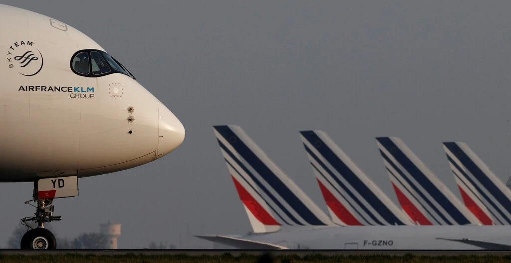 Đầu một chiếc Air France Airbus A350 tại sân bay Charles-de-Gaulle ngày 2/4. Ảnh: Reuters.